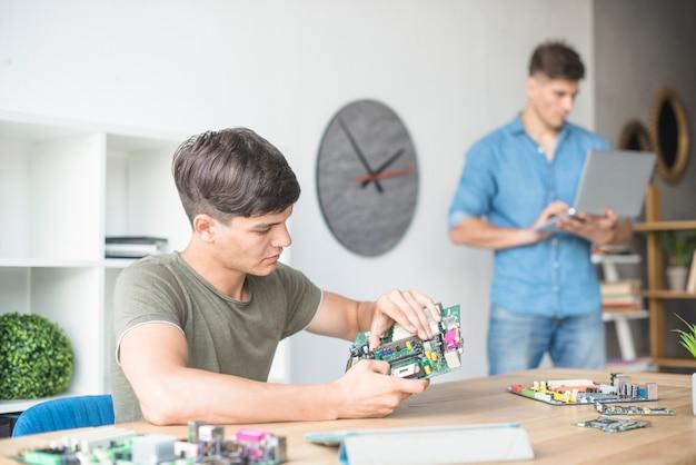 Estudante na tecnologia de fixação de processamento de computador