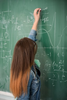 Estudante no quadro verde