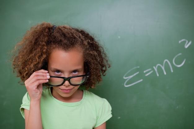 Estudante olhando acima de seus óculos