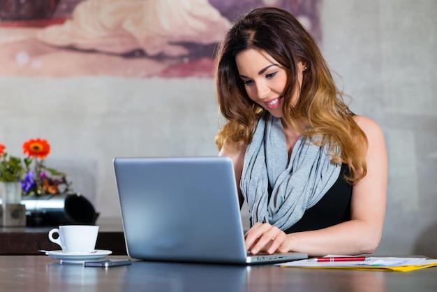 Estudante ou empresária trabalhando no café