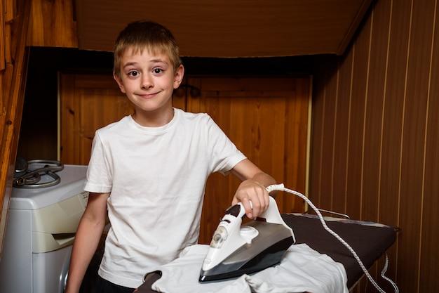 Estudante passa as roupas com um ferro elétrico