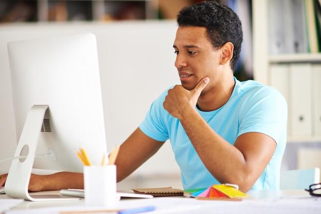 Estudante pensativo com um computador