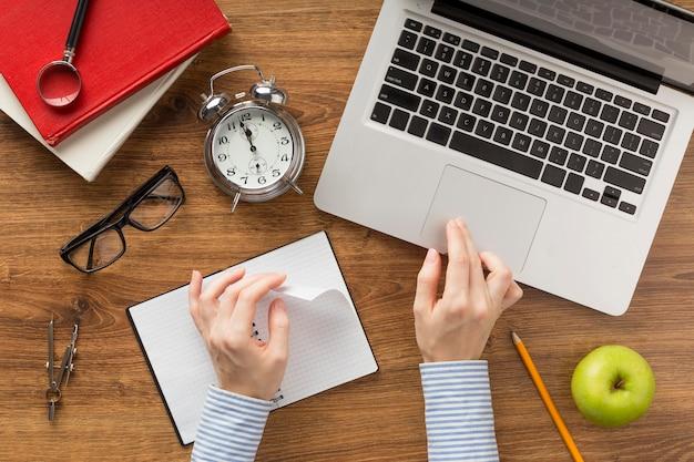 Estudante plana usando um laptop