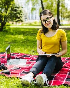 Estudante posando no parque Foto gratuita