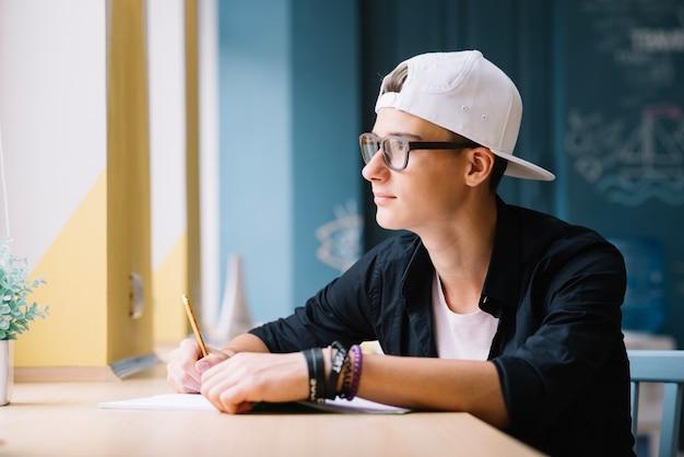 Estudante posando pensativamente na sala de aula