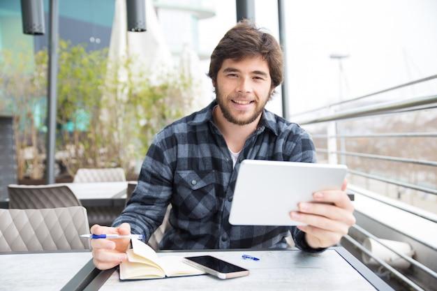 Estudante positivo surfando na internet