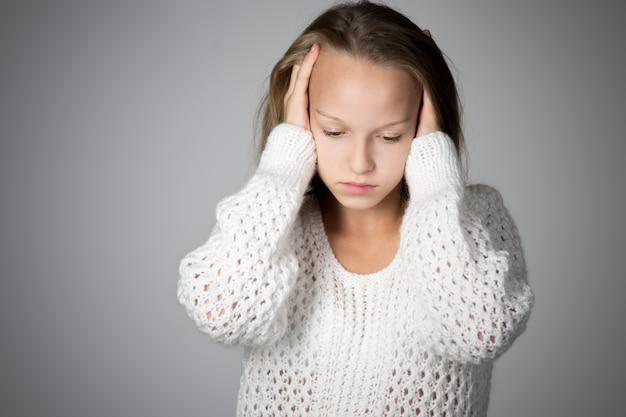 Estudante preocupado com mãos na cabeça