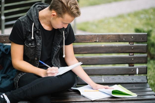 Estudante que aprende a leitura em bancada