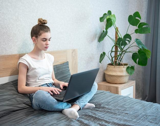 Estudante que estuda em casa