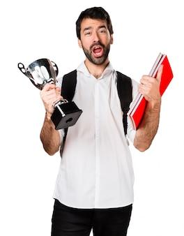 Estudante que segura um troféu