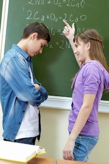 Estudante repreendendo seu colega de classe