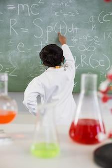 Estudante resolver matemática na lousa em sala de aula