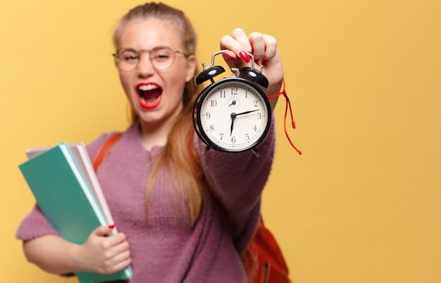 Estudante segurando um relógio