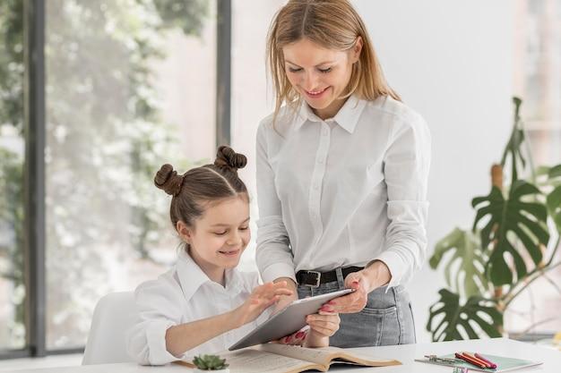 Estudante sendo educado em casa enquanto em quarentena