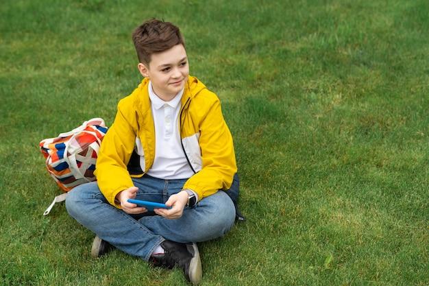 Estudante sentado no gramado
