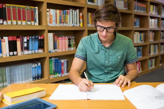 Estudante, sentando, em, biblioteca, escrita