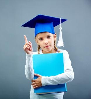 Estudante séria com o tampão azul da graduação