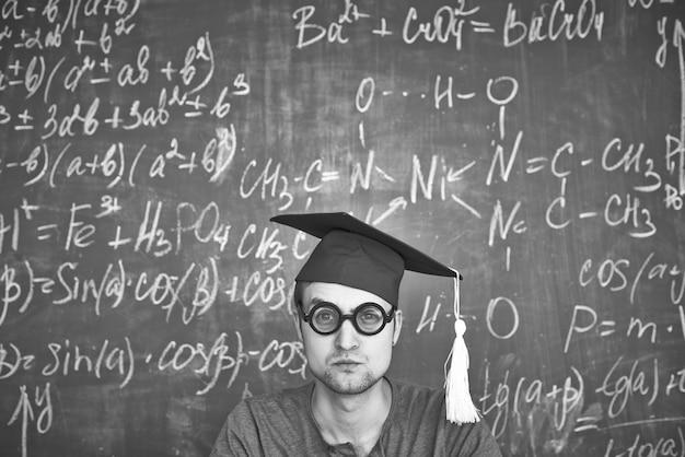 Estudante sério em branco e preto