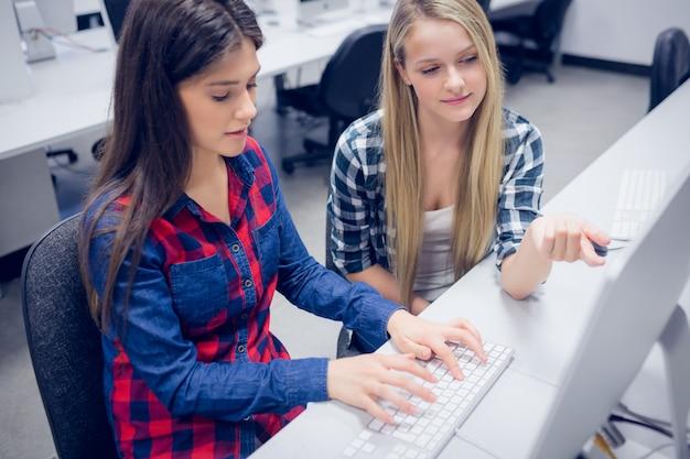 Estudante sério, trabalhando no computador da universidade