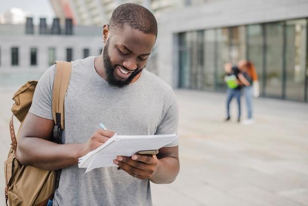 Estudante sorridente com documentos