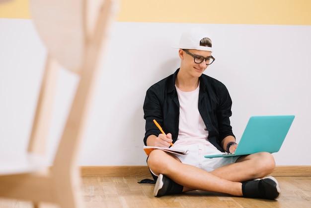 Estudante sorridente posando laptop de inteligência