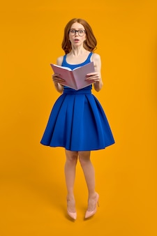 Estudante tímida, caucasiana, vermelha, usando óculos, parecendo perdida e chocada, confusa com a educação ...