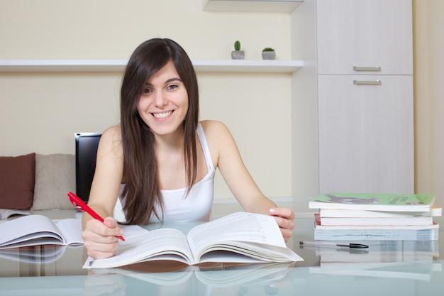 Estudante, trabalhando casa