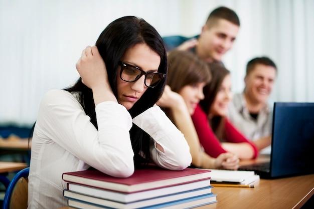 Estudante triste e solitário nerd