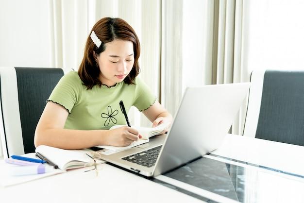 Estudante universitária, estuda on-line em casa