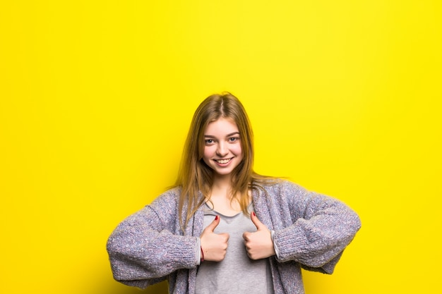 Estudante universitária feliz mostrando os polegares isolados
