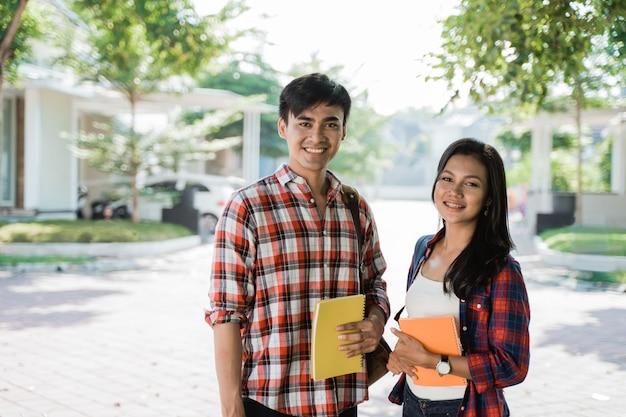 Estudante universitário asiático masculino e feminino