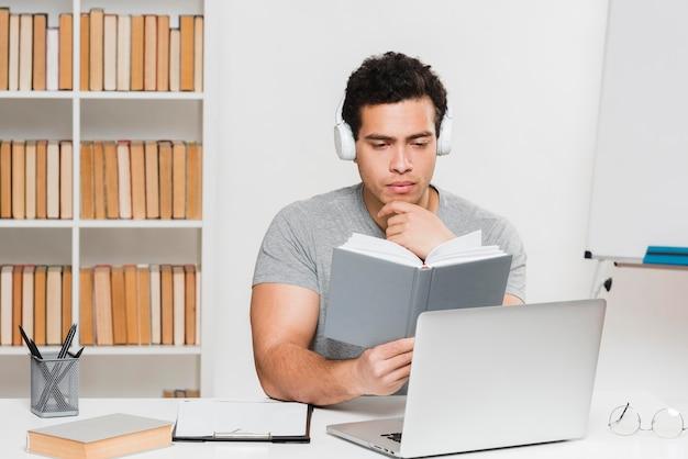 Estudante universitário em uma biblioteca