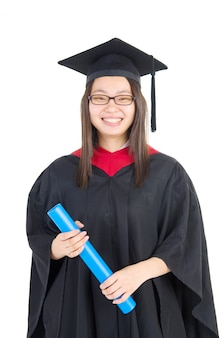 Estudante universitário feliz em vestido de formatura e boné.
