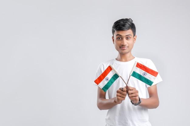 Estudante universitário indiano novo com bandeira indiana.