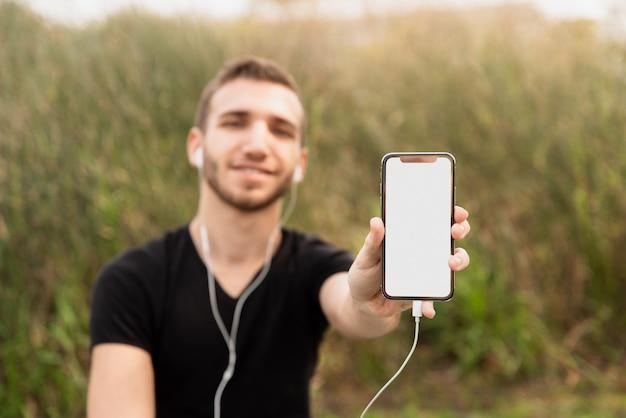 Estudante universitário, mostrando seu telefone