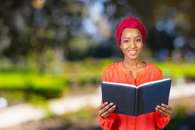 Estudante universitário muito americano africano