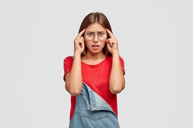 Estudante universitário perplexo com os dedos nas têmporas