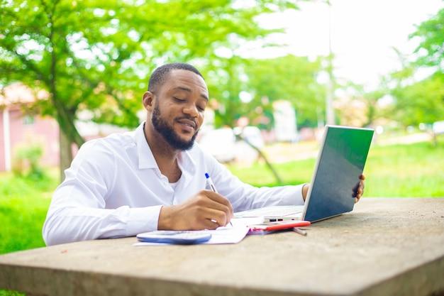 Estudante universitário usando laptop no campus