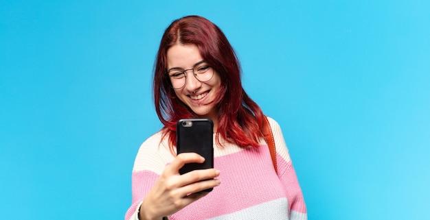 Estudante usando seu telefone