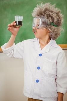 Estudante vestida como einstein segurando um copo