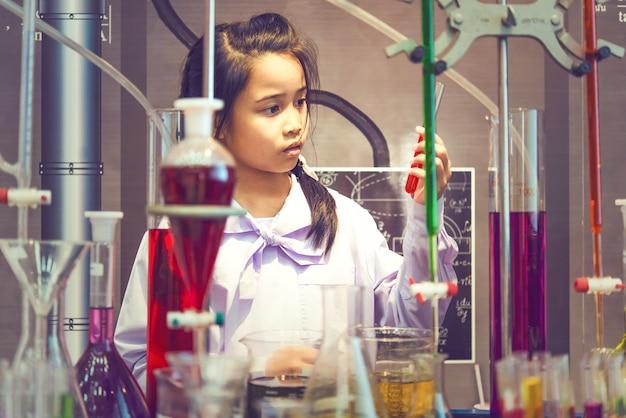 Estudantes asiáticas experimentando ou estudando ciência em laboratório