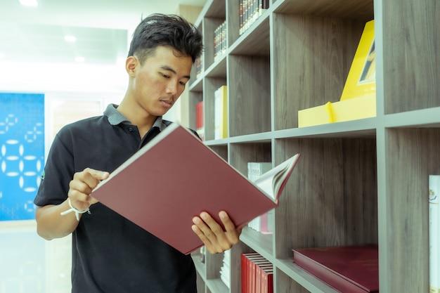 Estudantes asiáticos leem livros na biblioteca