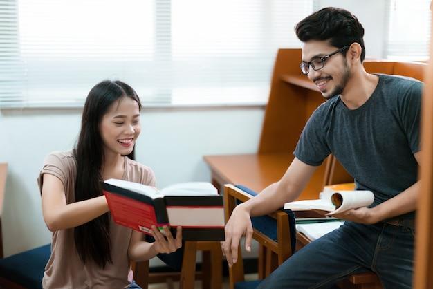 Estudantes asiáticos na biblioteca