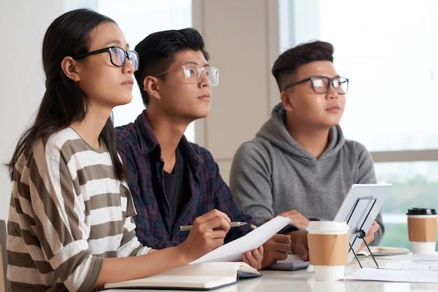 Estudantes asiáticos na sala de aula