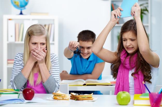 Estudantes assustados em sala de aula