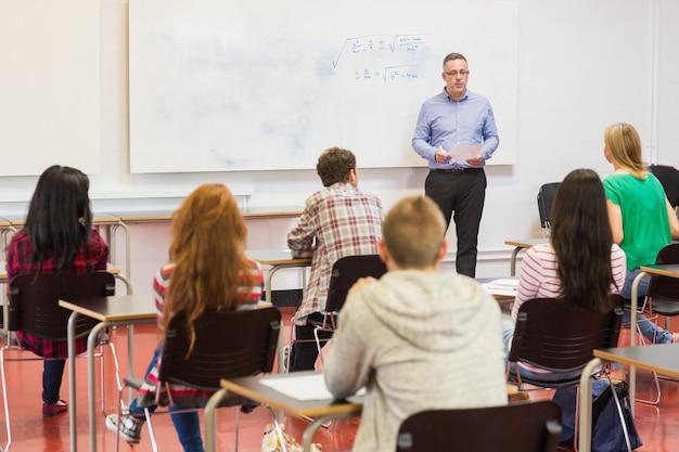 Estudantes atentos com professor na sala de aula