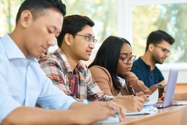 Estudantes concentrados estudando na universidade.