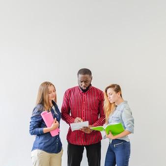 Estudantes confusos lendo palestras