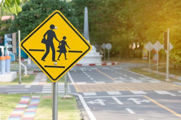 Estudantes, cruzamento, à frente, sinal