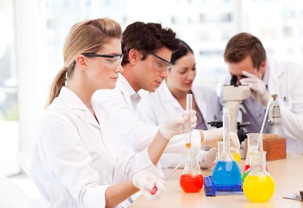 Estudantes de ciências em um laboratório